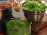 Зелена салата с пикантна салца