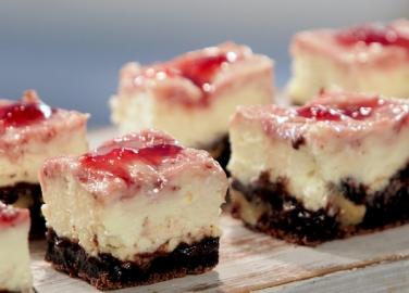 Чийзкейк-брауни с ягоди