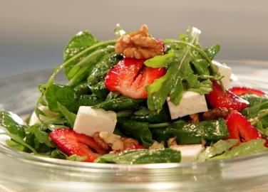 Спаначена салата със сирене и ягоди