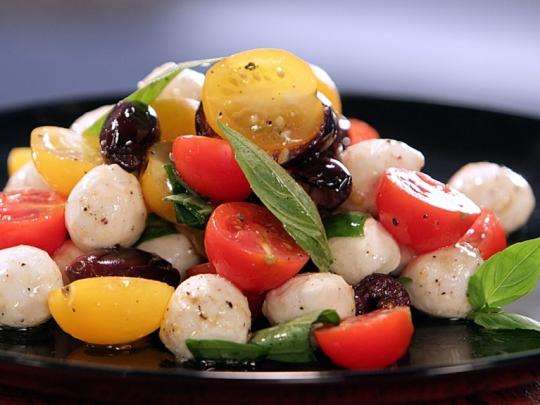 """""""Капрезе"""" с чери домати и маслини"""