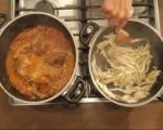 Заек с доматен сос и пържени гъби 4