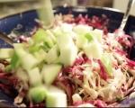 Зелева салата с ябълки и топъл дресинг 3