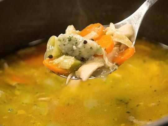Пилешка супа с магданозени кнедли