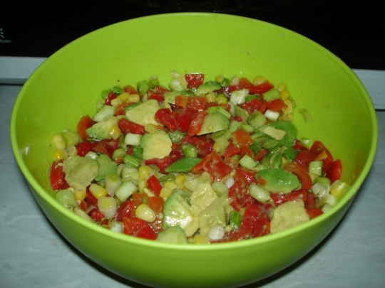 Салата с печени чушки и авокадо